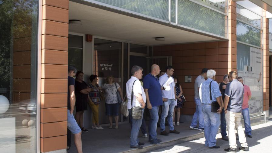 """Работници от Брикел пред партийната централа на """"Да ,България"""""""