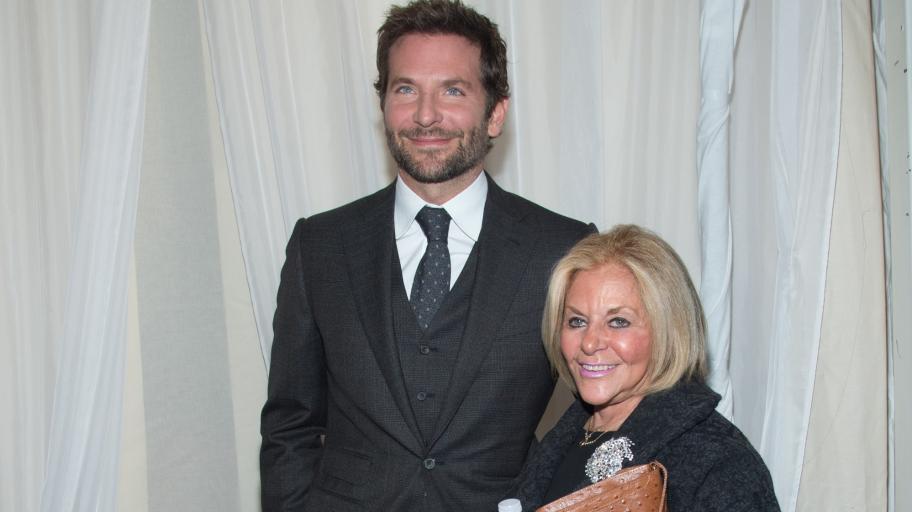 Синовна любов: как Брадли Купър пази живота на майка си по време на пандемията