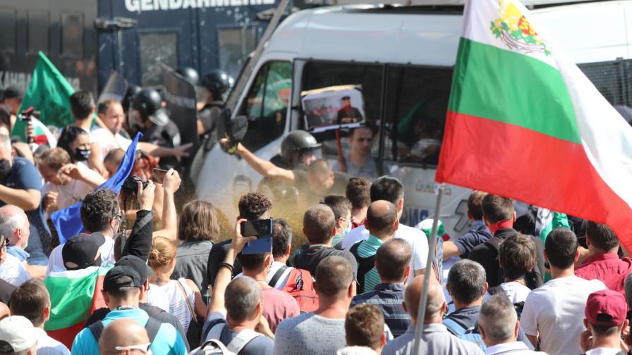 Екипи на NOVA обгазени на протестите в София (ВИДЕО)