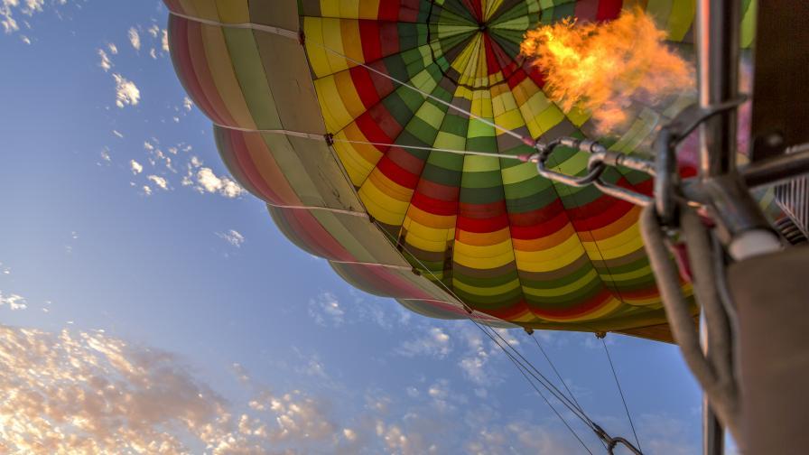 Илюзионист демонстрира зрелищен полет с балони над пустиня в Аризона