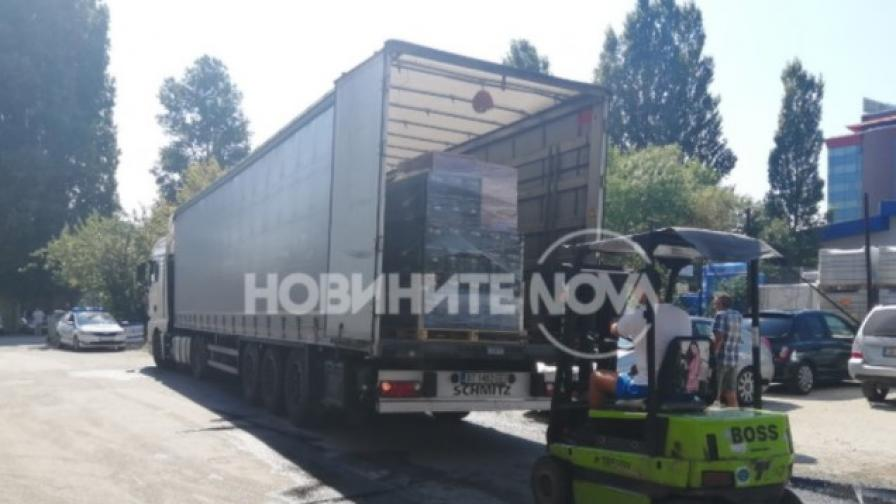 Камион разля над 1 тон гориво в София