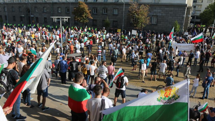 Парламентът под обсада, КПП-та на площада