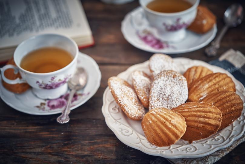 <p><strong>Сладко</strong></p>  <p><strong>Не добавяйте захар към чая си и не го пийте, хапвайки сладкиш.</strong>&nbsp;Тази комбинация може да предизвика увеличаване на теглото и да причини затлъстяване.&nbsp;<strong>Освен това захарта в чая забавя метаболизма и провокира появата на диабет.</strong></p>