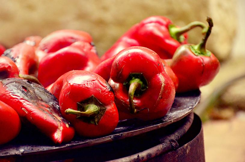 <p><strong>Червени чушки</strong></p>  <p>Ако смятате, че цитрусовите плодове съдържат най-много витамин С от всеки плод или зеленчук помислете отново. Червените чушки съдържат почти 3 пъти повече витамин С отколкото портокала. Те също са богат източник на бета каротин.</p>  <p>Освен че повишава имунната ви система, витамин С може да ви помогне да поддържате здрава кожата си. Бета каротинът, който тялото ви превръща във витамин А, помага да поддържате очите и кожата си здрави.</p>