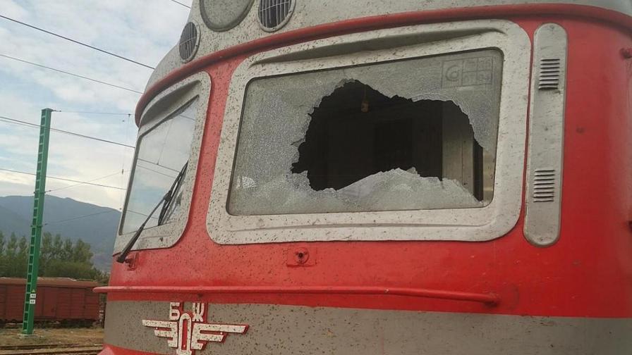 <p>Вандали счупиха в движение стъклото на локомотив, има ранени</p>