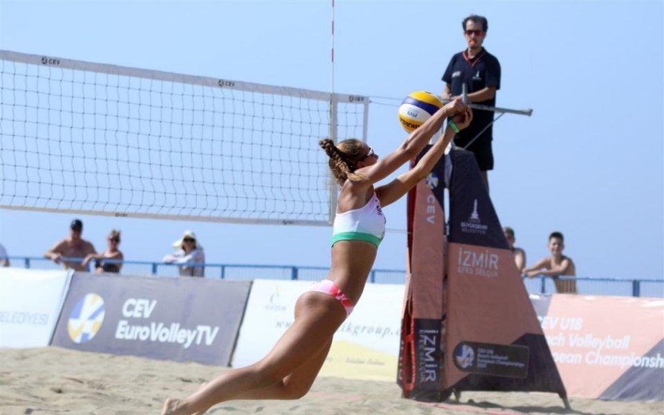 Волейболистката на Марица (Пловдив) Анета Петрова и нейната съотборничка Дарина