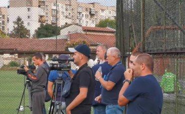 Наско Сираков наблюдава заниманието на