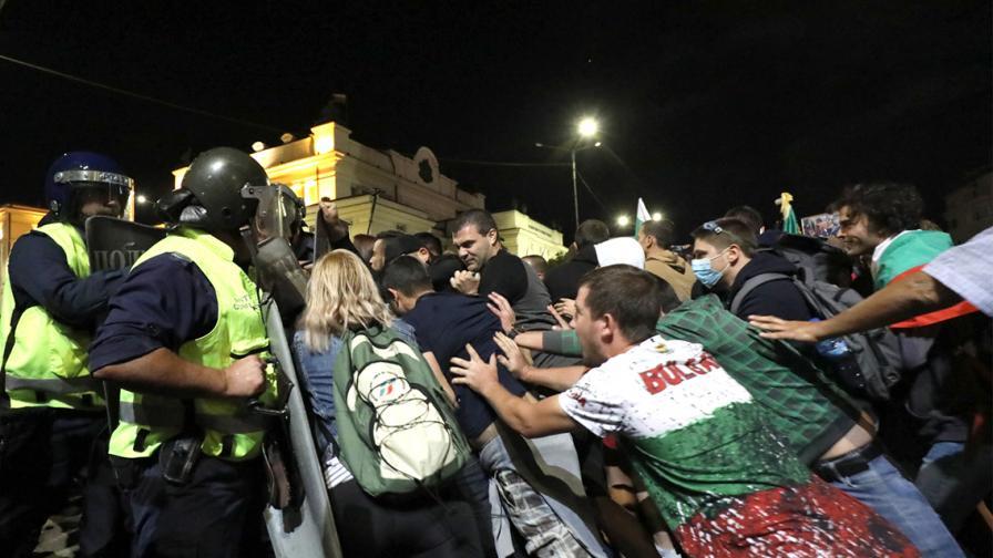 Сблъсъци между полиция и протестиращи пред...