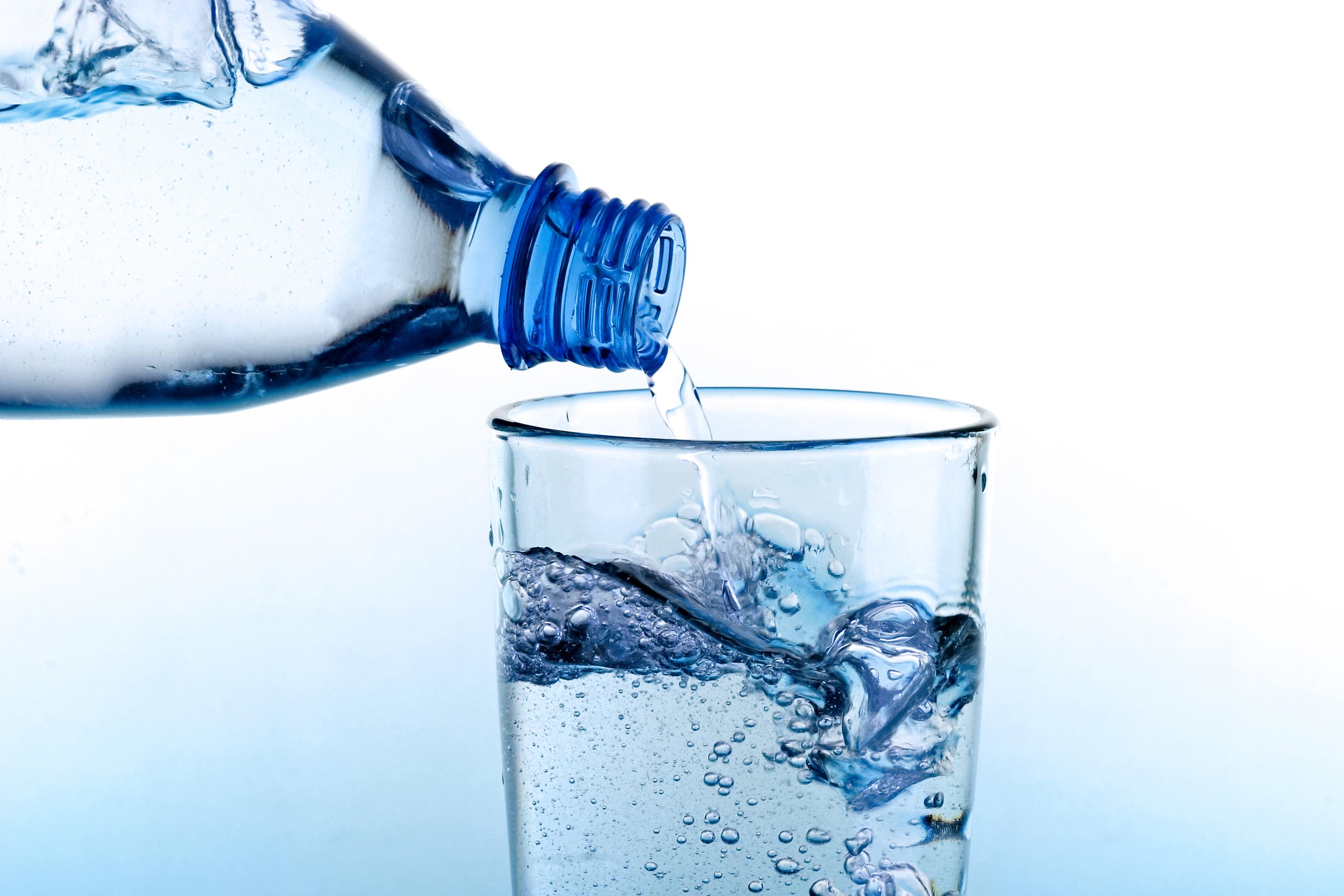 <p>13. Швейцария<br /> Швейцария не е страна, известна с ниските си цени, но е хубаво да знаете, че само с 1 долар няма да умрете от жажда, докато сте там. Можете да си купите 1,5 литра вода и все още да имате малко дребни.</p>