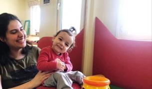 Това малко момиченце има само една мечта - да ходи и да живее с мама