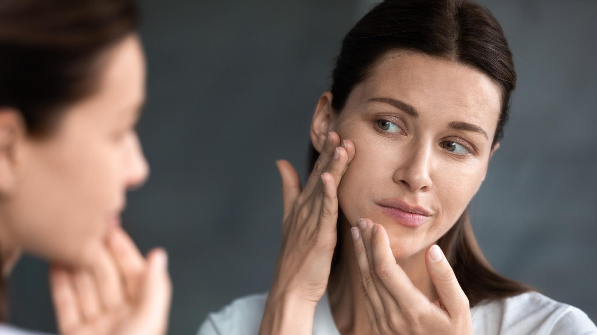 <p><strong>Може да заздрави кожата ви</strong></p>  <p>Малко лимонова вода може да е достатъчно, за да имате красива кожа. Самата хидратация подобрява качеството на кожата. Можете да закупите всички кремове и серуми, но ако не хидратирате отвътре навън, никога няма да получите оптималните резултати за кожата. Витамин С, който се съдържа в лимоните, може да насърчи синтеза на колаген, помагайки на кожата ви да изглежда по-млада и по-здрава с течение на времето.</p>