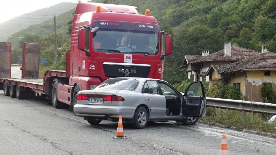 Камион и кола се удариха край Симитли, пострадал