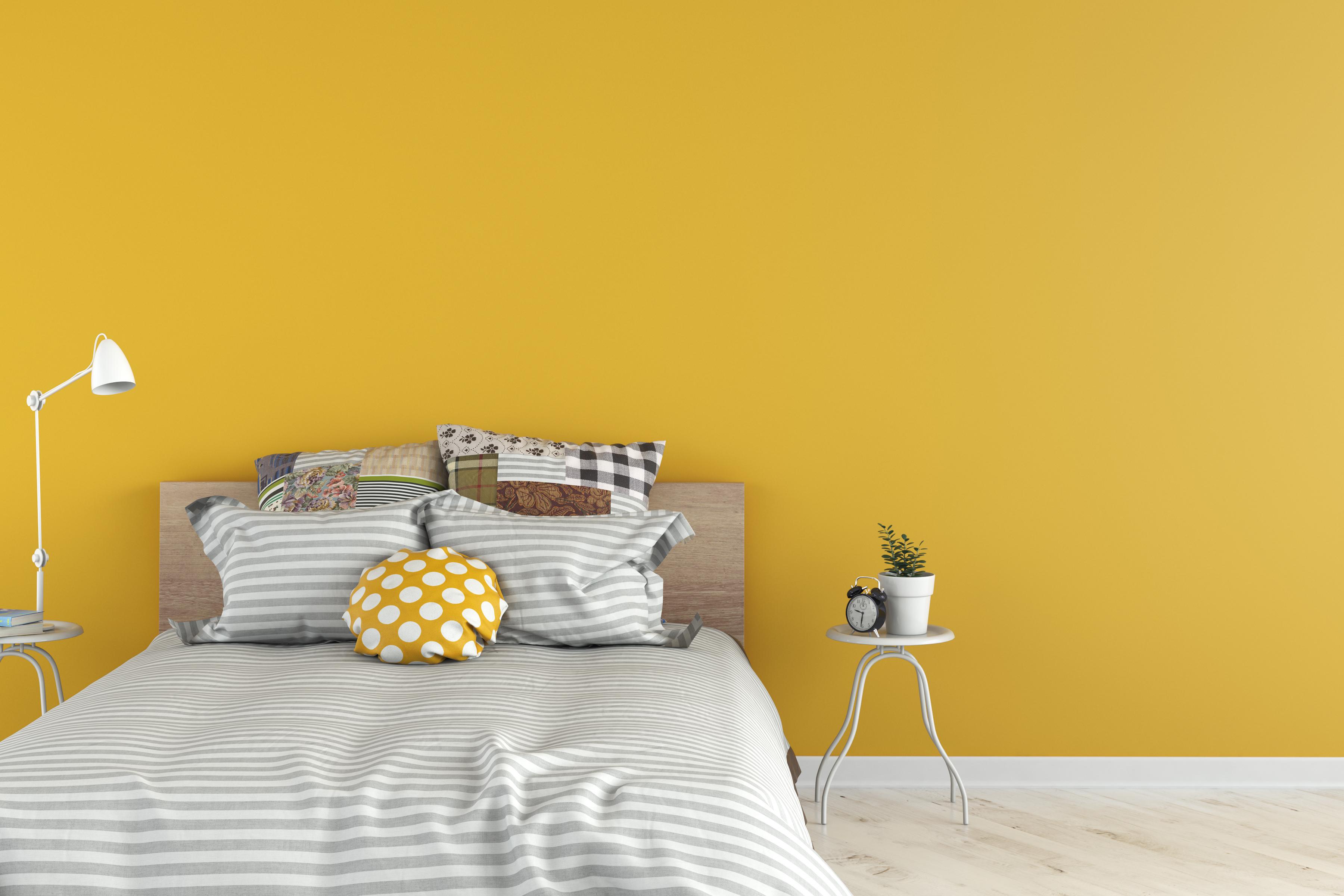 <p><strong>Жълто.</strong> Жълтият цвят обикновено се асоциира със светлината и слънцето. И въпреки че този оптимистичен цвят е отличен за началото на деня, вероятността да затрудни заспиването вечерно време е много голяма.</p>