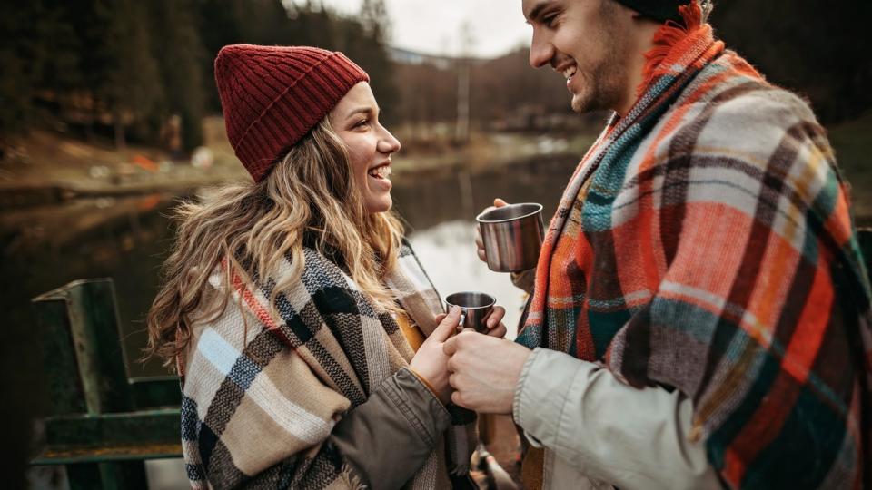 любов връзка двойка есен сутрин кафе