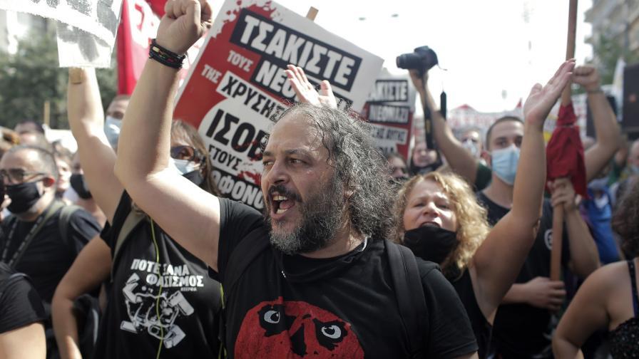 """Антифашистки митинг в Гърция в деня, в който съда обяви """"Златна зора"""" за престъпна организация"""