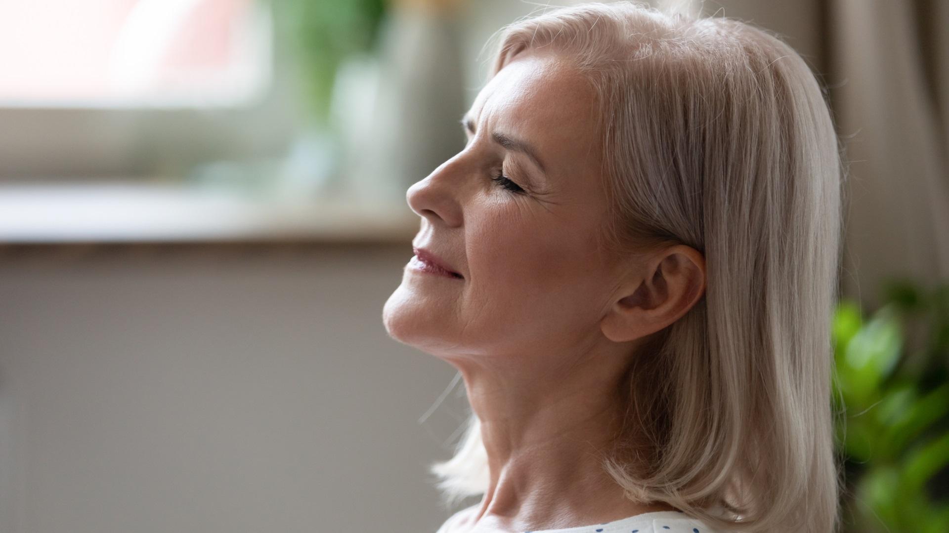 <p><strong>Поемете няколко пъти дълбоко въздух</strong></p>  <p>Дълбокото дишане може да е един от най-добрите начини за да почувствате по-малко стрес. Вдишайте през носа, докато белите дробове достигнат пълния си капацитет, задръжте за момент и след това издишайте напълно през устата. Правете това със собствено темпо за 5-7 вдишвания.</p>
