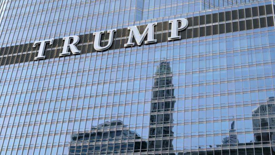 """Мъж увисна от """"Тръмп Тауър"""", иска разговор с президента"""