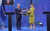 """Румен Радев приема флага на инициативата """"Три морета"""" от президента на Естония Керсти Калюлайд"""