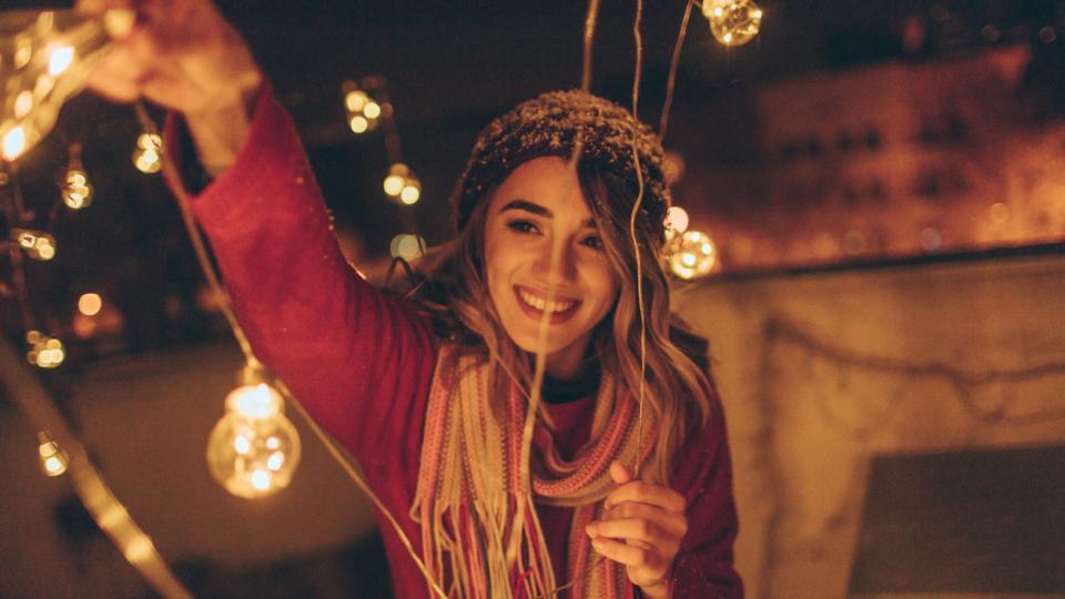 жена светлини лампички Коледа празник магия магично