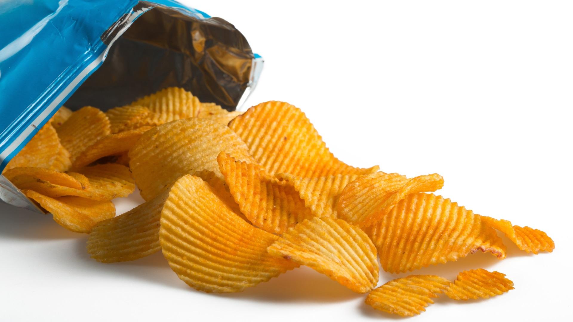 <p><strong>Увеличавате риска от рак</strong></p>  <p>Това изказване изглежда малко крайно, но има данни, които го подкрепят. Картофените чипсове съдържат съединението акриламид, което се създава в храни с високо съдържание на нишесте, когато са пържени или печени. Има изследвания, които свързват това съединение с рака.</p>