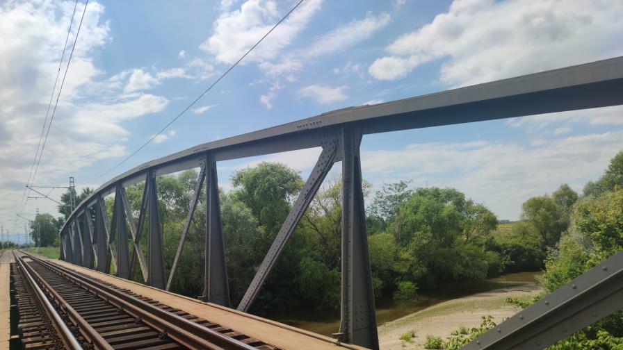 Обновен е емблематичният стоманен жп мост между Скутаре и Маноле