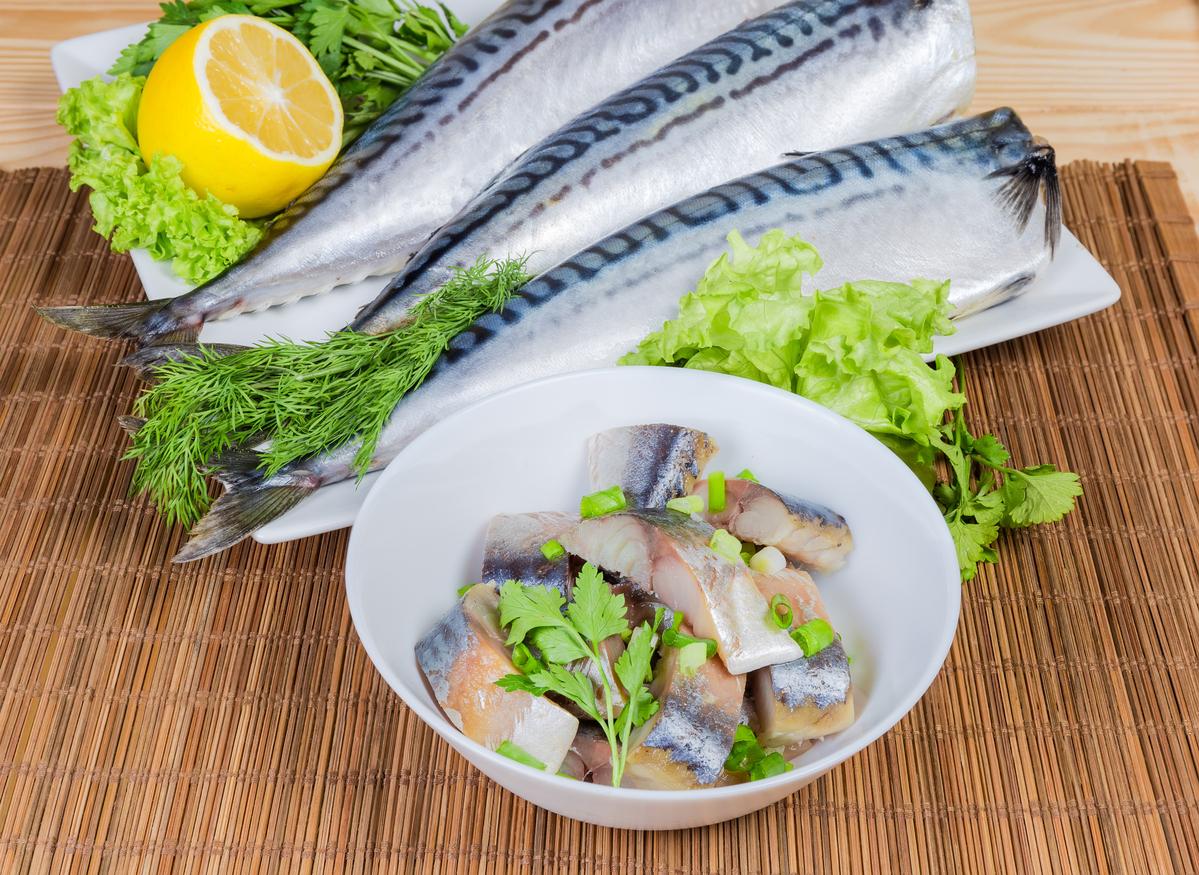<p><strong>1. Мазните риби - като&nbsp;сьомга, сардини, херинга и скумрия</strong></p>