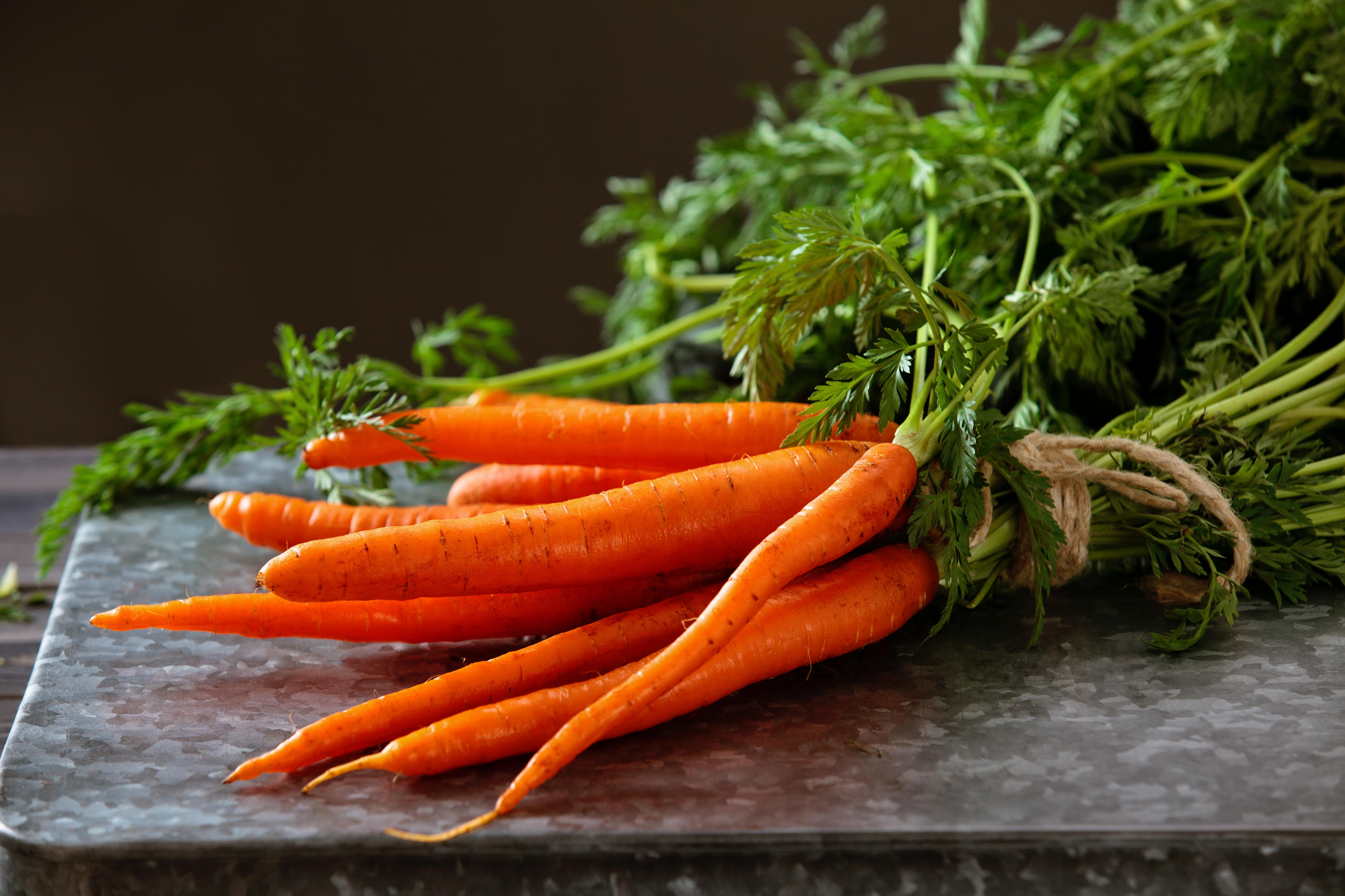 <p><strong>Моркови</strong><br /> Следващия път, когато ви попадне морков под ръка, просто го измийте добре и го изяжте суров. Те са много полезни при образуването на плака по зъбите и са известни още като естествен почистващ препарат. Убиват бактериите, като допринасят и за заздравяване на венците. Освен морковите, ябълките и целината също са чудесно средство за избелване на зъбите. Те предотвратяват заболявания на венците и гингивит, както и убиват бактериите, причиняващи неприятен дъх в устата.</p>