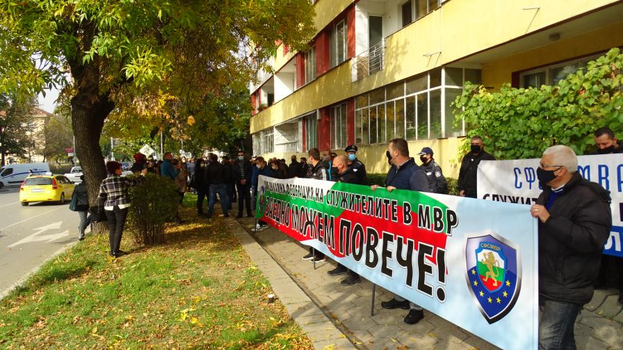 Полицаи отново излязоха на протест