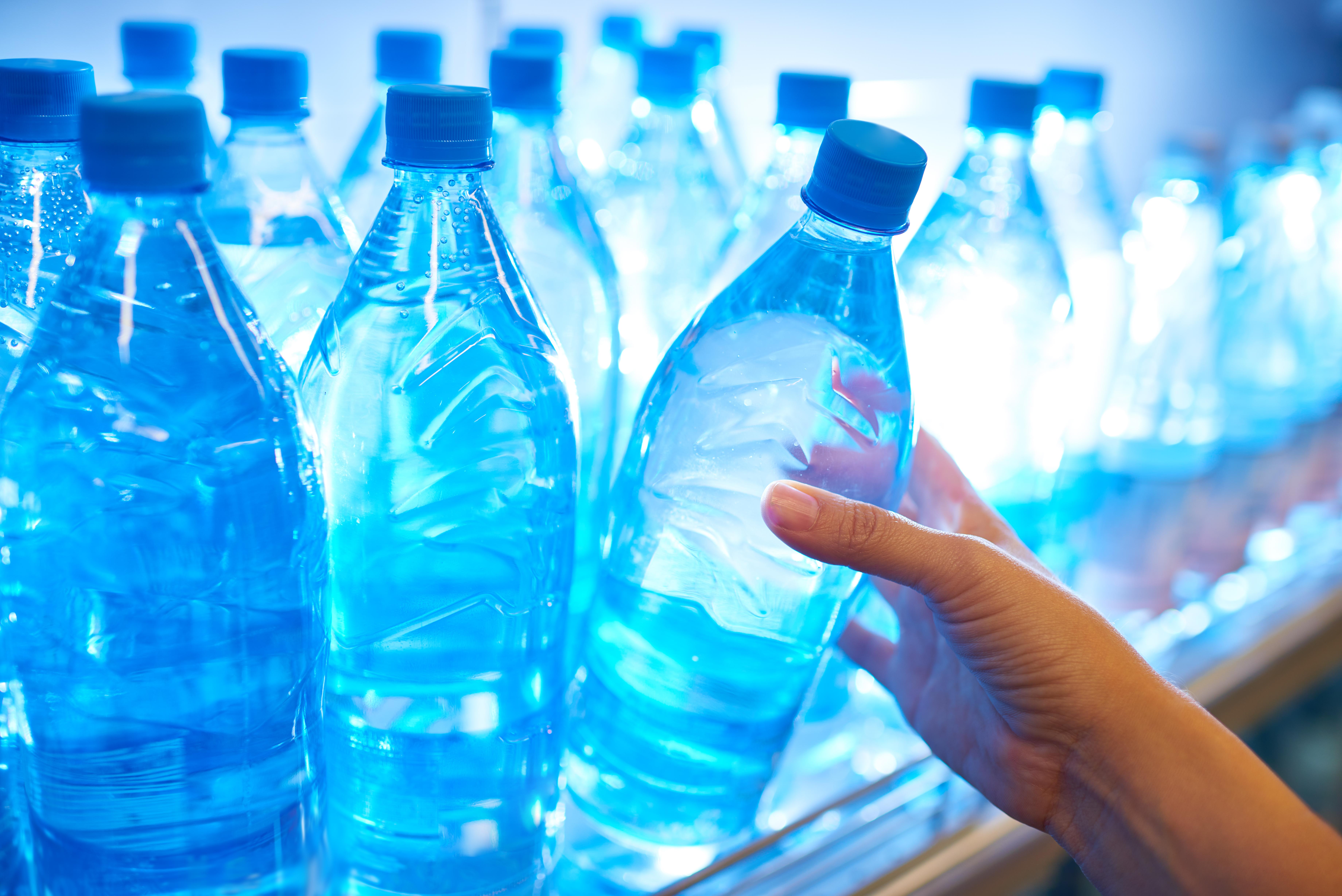 <p><strong>Бутилирана вода</strong>&nbsp;</p>  <p>Ако живеете в град, в който чешмяната вода е годна за пиене не е необходимо да купувате постоянно бутилирана вода. Може да се оборудвате и с филтърна кана, която ще ви спести харченето на пари за бутилирана вода. Отделно от това ще спестите и на Земята замърсяването с пластмасови шишета.&nbsp;</p>