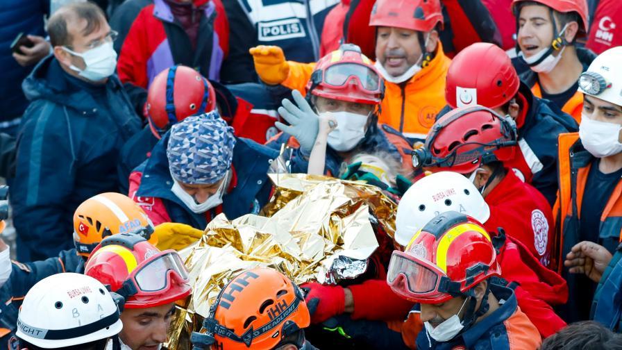 Спасиха 3-годишно дете изпод развалините в Измир