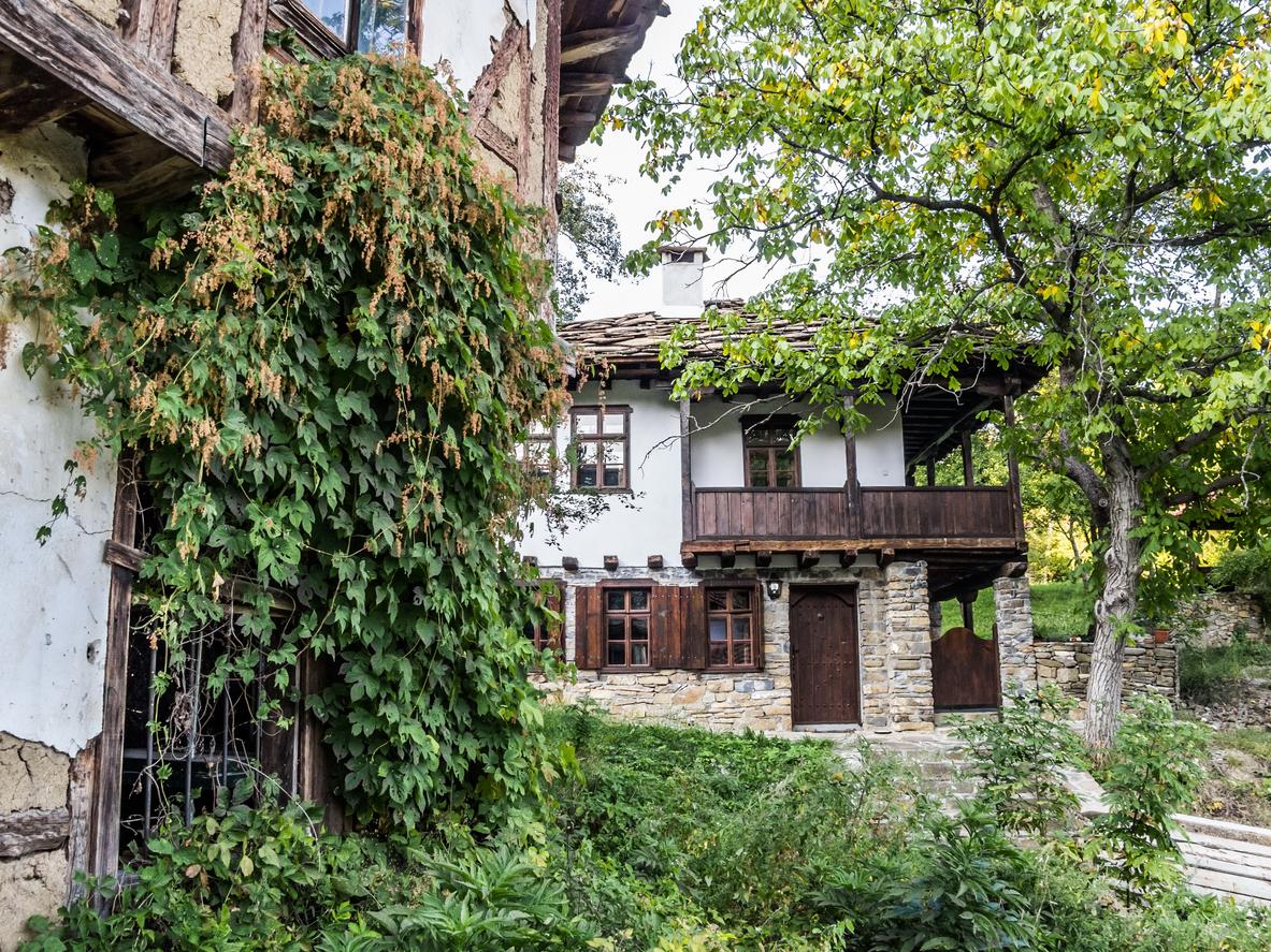 <p><strong>3. Село Орешак </strong></p>  <p>То се намира в полите на Троянския балкан в Северна България и е разположено от двете страни на река Черни Осъм.</p>
