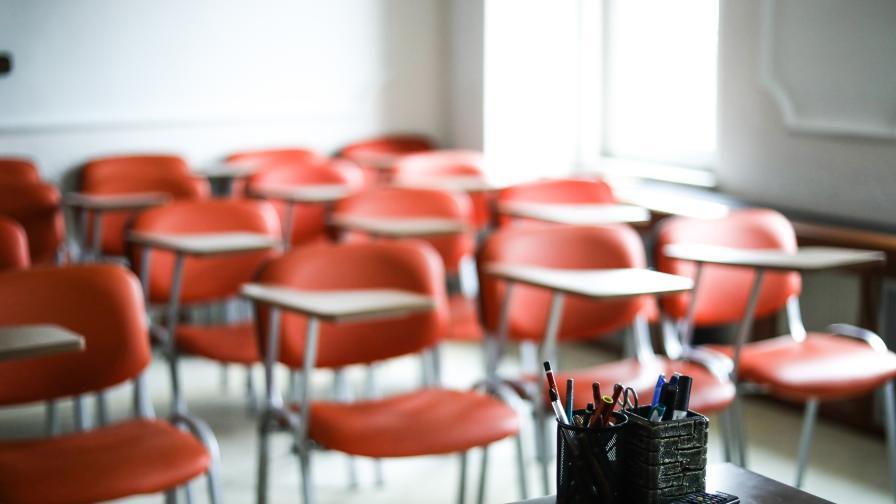 COVID-19: Двама учители починаха в Опака, какво следва