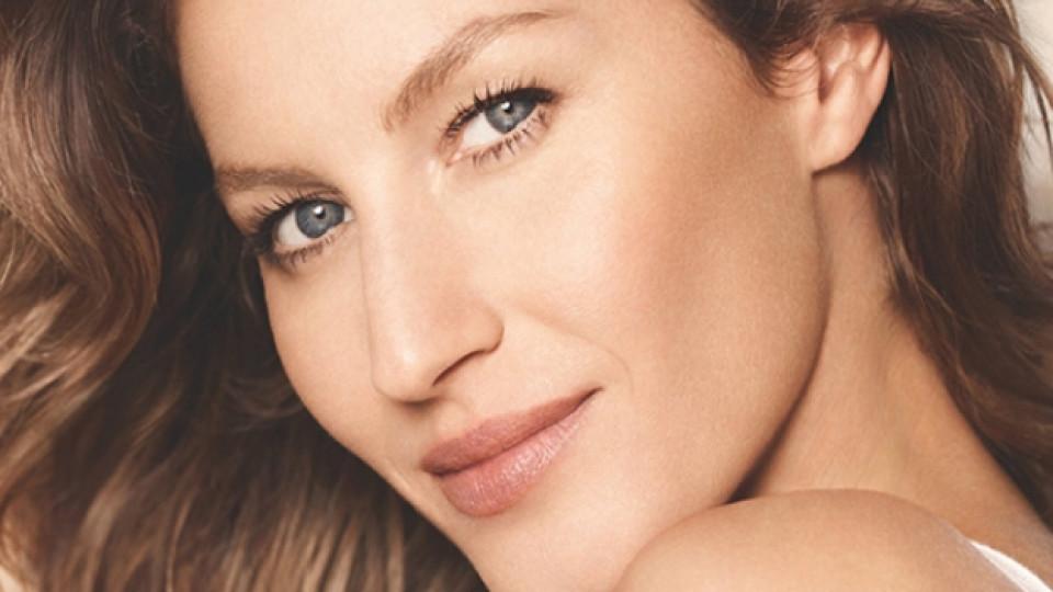 """Фотокадър от новата рекламна кампания на """"Chanel"""" (""""Шанел""""), представяща козметичната линия """"Les Beiges"""", чието рекламно лице е Жизел Бюндхен"""