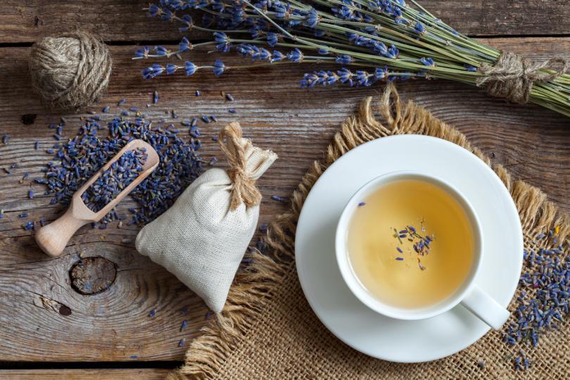 <p><strong>Лавандулата </strong>е билка, която често се рекламира заради успокояващия аромат, който притежава.&nbsp;Много хора пият чай от лавандула, за да се отпуснат, да успокоят нервите си и да подпомогнат съня си. Въпреки че има ограничени доказателства, че лавандулата подобрява качеството на съня, нейният релаксиращ аромат може да ви помогне да се отпуснете и да улесни заспиването ви.</p>
