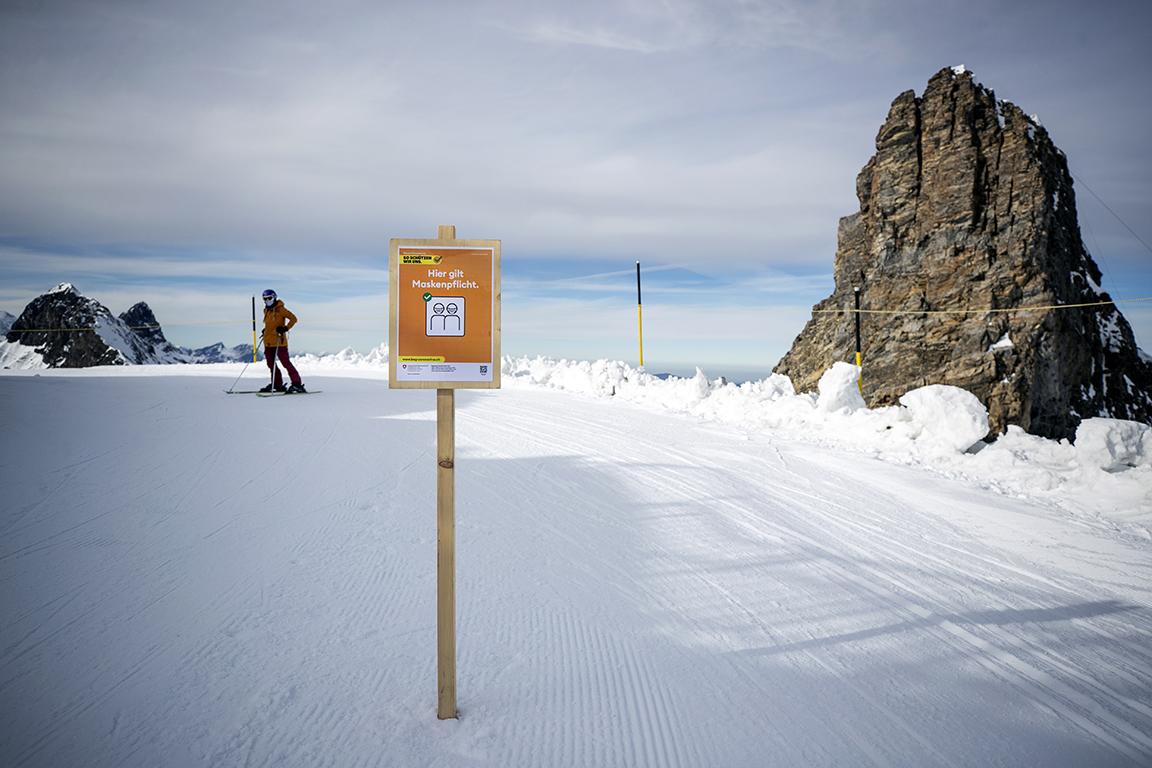 <p>Табела с надпис &bdquo;Маските са задължителни тук&ldquo; е поставена пред долната станция на седалковия лифт &bdquo;Ice Flyer&ldquo; на Титлис в Швейцария</p>