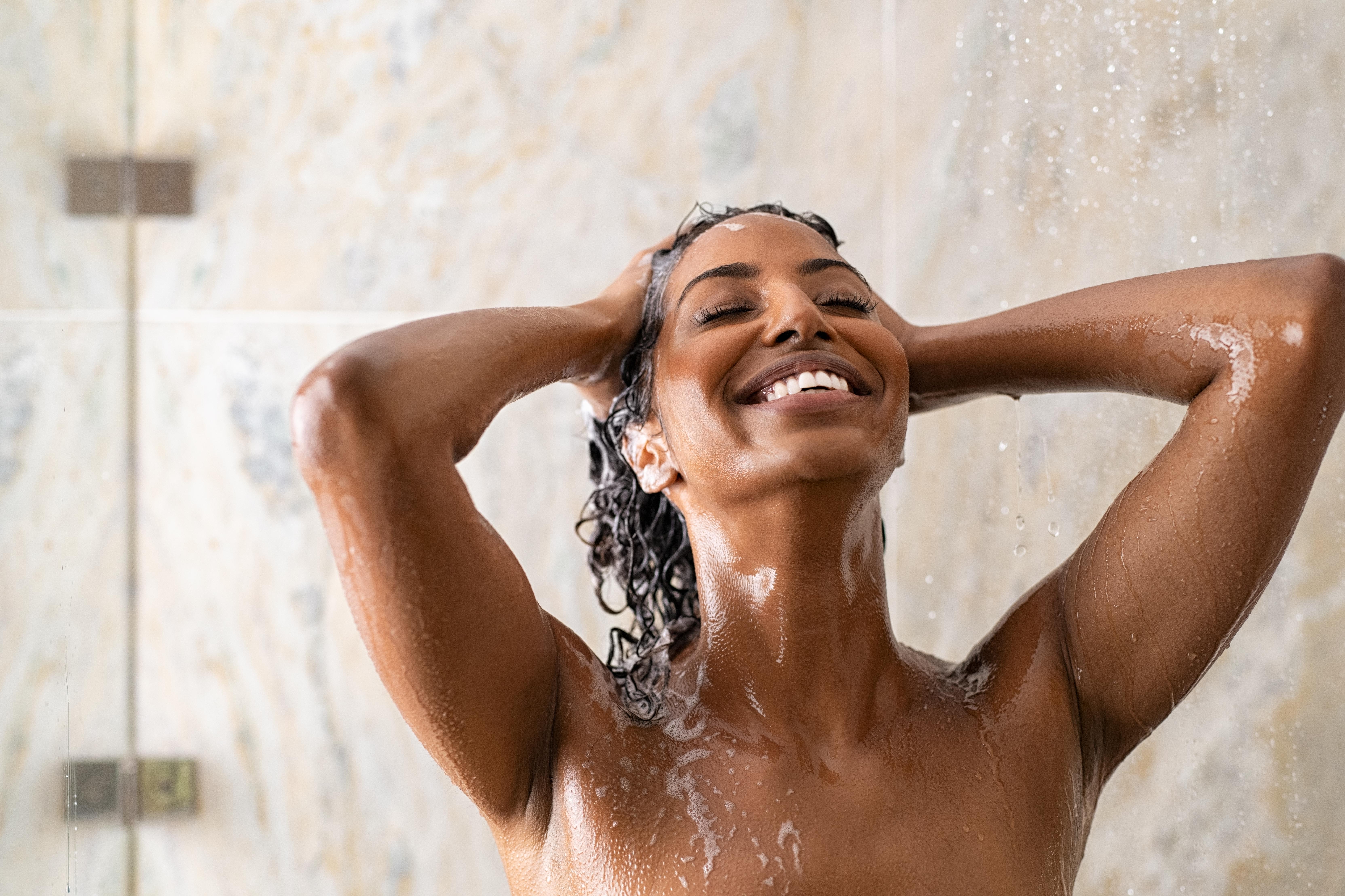 <p><strong>Повече енергия</strong></p>  <p>Ако искате да се събуждате енергични и ободрени всяка сутрин, взимайте студен душ за няколко секунди. Правете го след като сте взели горещ. Редуването на топла и студена струя стимулира освобождаването на норадреналин от симпатиковата нервна система. Той е невротрансмитер, който активира центрове в мозъка, повишаващи енергията и бдителността.</p>