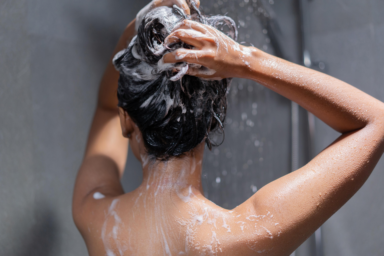 <p><strong>По-силна имунна система</strong></p>  <p>Студените душове спомагат за подсилване на имунната система. Това се дължи на провокацията на лимфната система и кръвообращението, които стимулират имунните защити и правят имунната система по-пълноценна, особено през есента и зимата.</p>