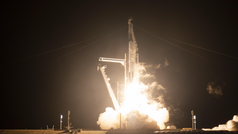 <p>SpaceX изстреля в орбита четирима астронавти. Това е вторият полет към Международната космическа станция на компанията, Илон Мъск наблюдава от дистанция.</p>