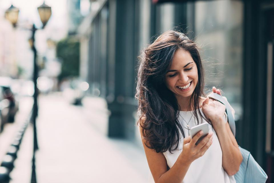 жена телефон усмивка