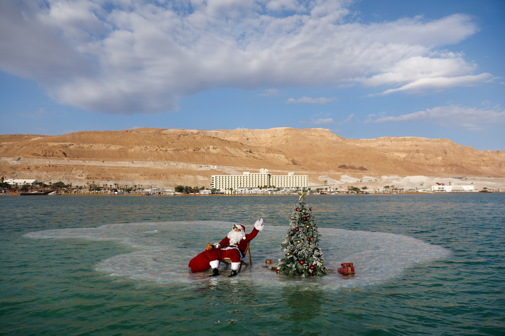 <p>Дядо Коледа с украсена елха край плажа на хотелски и курортен комплекс Ейн Бокек на израелския бряг на Мъртво море</p>