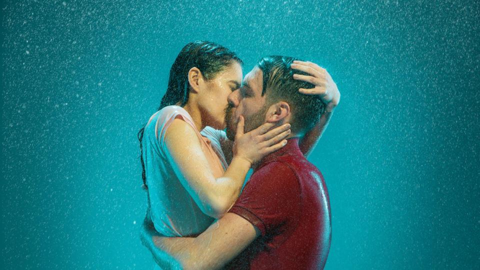 двойка се целува в дъжда