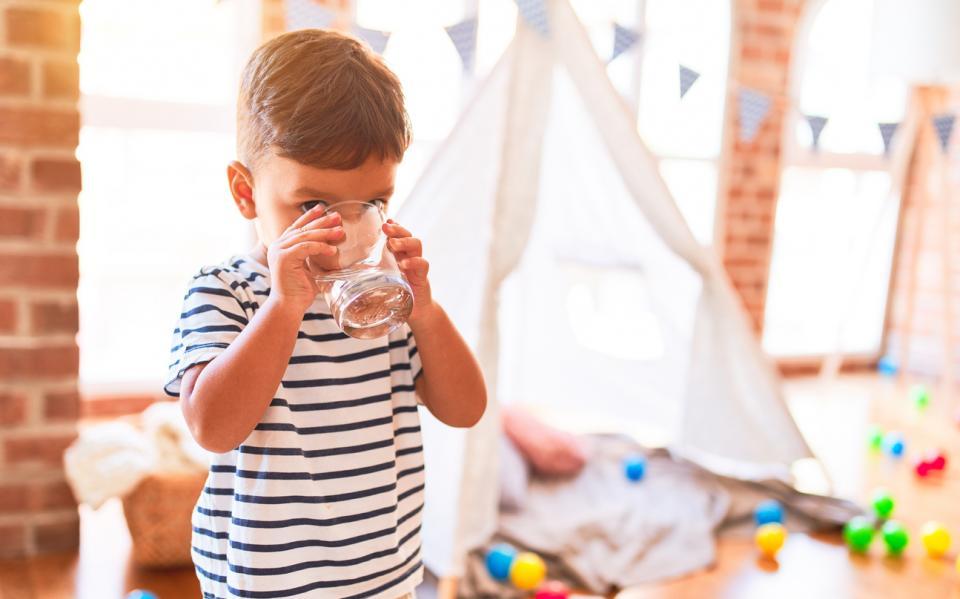 момче дете вода чаша