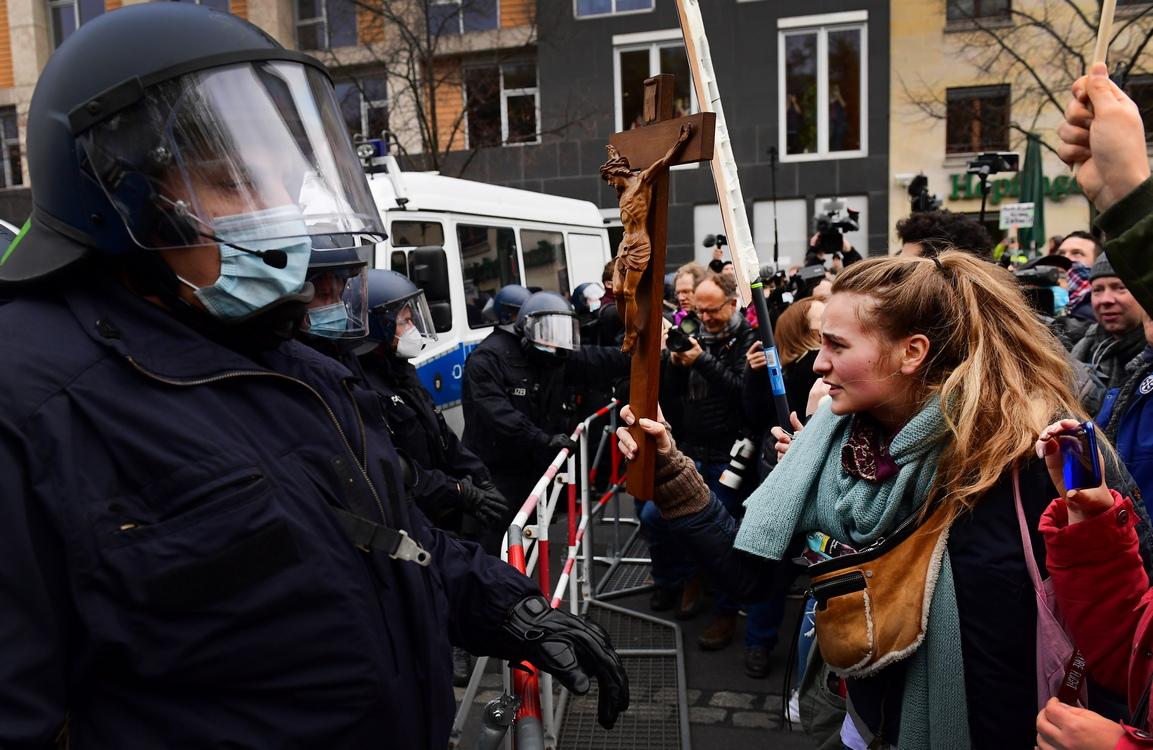 <p>След няколко сблъсъци със силите на реда, лидерът на протеста обяви събирането за приключило и протестиращите трябваше да напуснат площада пред Бранденбургската врата.</p>