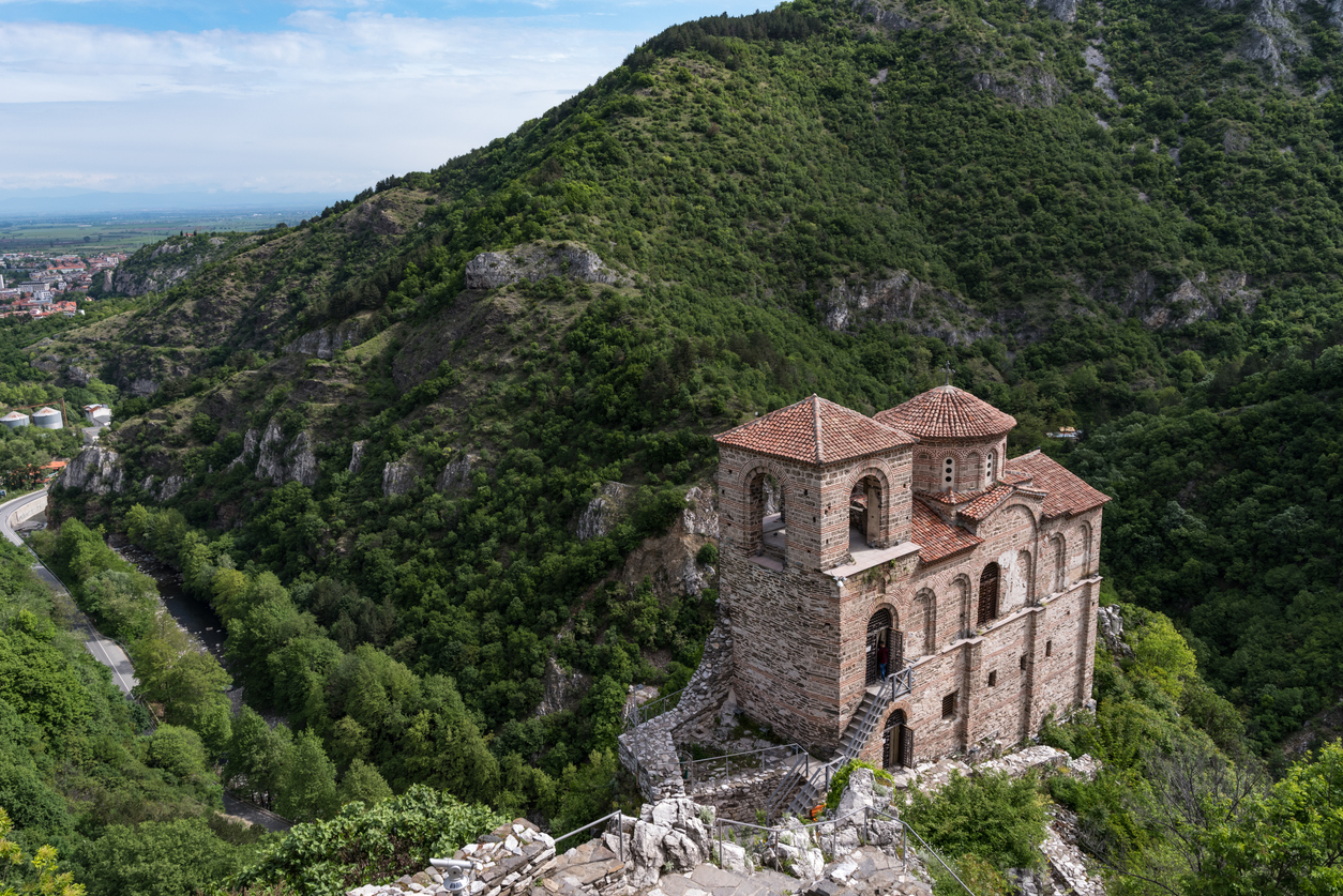 <p><strong>Асенова крепост -&nbsp;</strong>Намира се на 3 километра от Асеновград, върху скалист връх на левия бряг на река Асеница. Естествената защита на местността е използвана още по времето на траките, които през V век пр.н.е. строят укрепление. През Средновековието Асеновата крепост претърпява няколко строителни периода, като най-значителен е този от 1230-1231 г., дело на цар Иван Асен ІІ. Най-добре запазената днес част е църквата &quot;Св. Богородица Петричка&quot;. Асеновата крепост е обявена за архитектурен паметник през 1973 г.</p>
