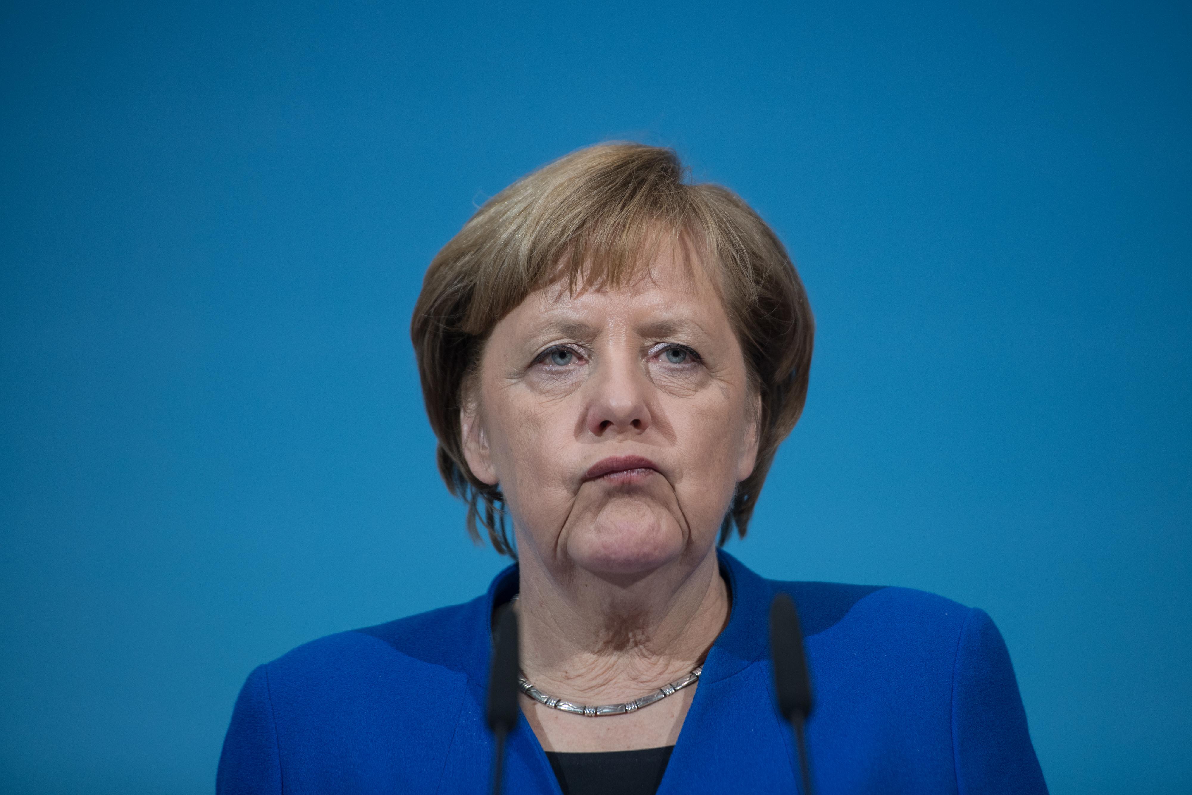 <p><strong>1. От какво се страхува Меркел?&nbsp;</strong>В. Кучета<br /> <strong>2. Как се казва мъжът на Меркел?&nbsp;</strong>А. Йоахим<br /> <strong>3. Къде е била Меркел, когато пада Берлинската стена?&nbsp;</strong>Б. На сауна</p>