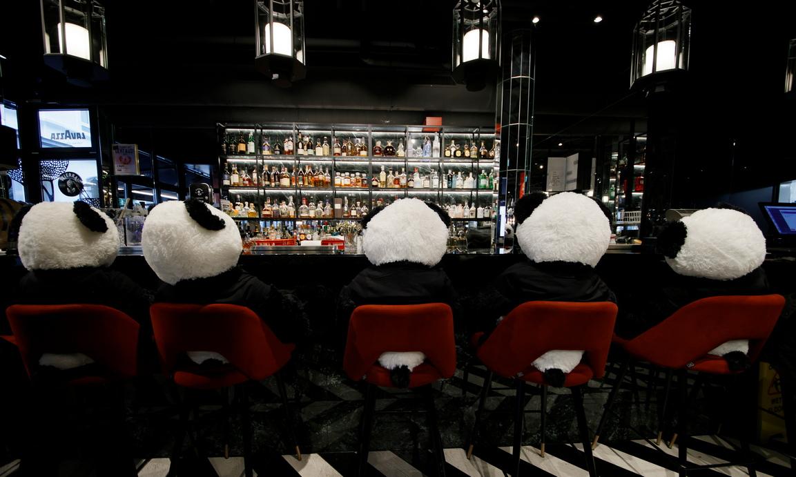 <p>Собственикът на ресторанта нарича инсталацията си &bdquo;Panda-Mie&ldquo;, в която гигантските меки играчки панди седят по местата в ресторанта замествайки клиентите.</p>