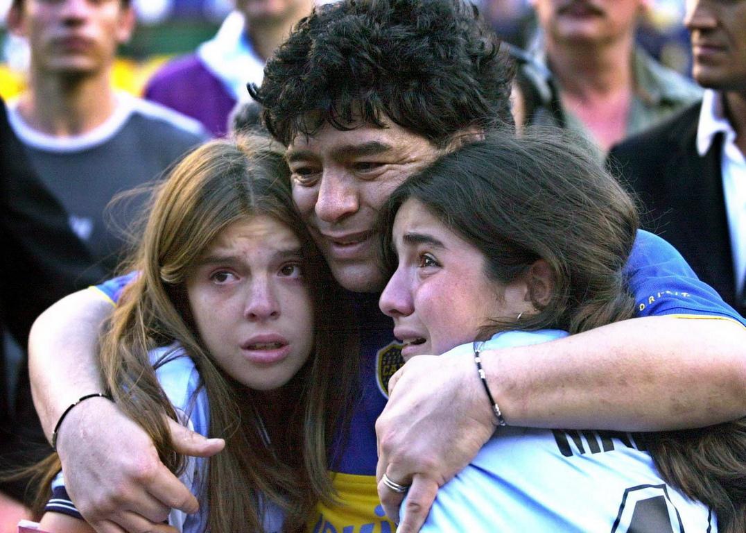 <p>В следващите години личният живот на Марадона излиза извън контрол като през 2000 и 2004 година той влиза в болница по спешност заради сърдечни проблеми.</p>  <p>&nbsp;</p>