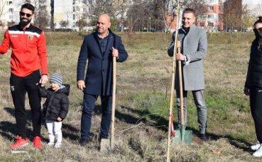 Спортното семейство на Локомотив засади 60 дръвчета в парк
