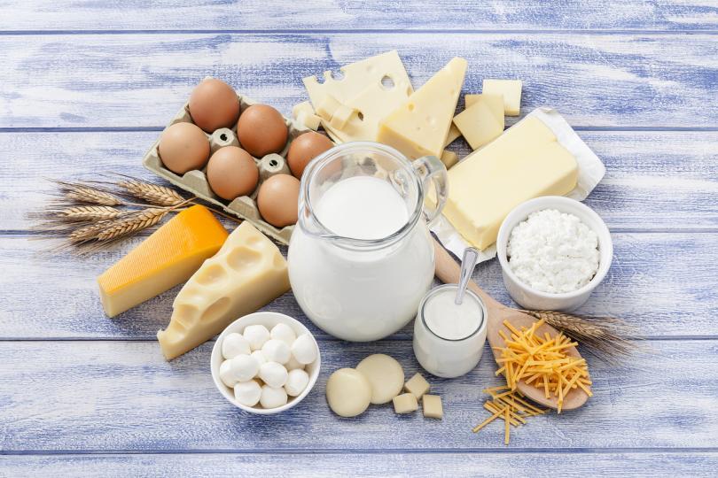 <p><strong>Млечни продукти и яйца</strong></p>  <p><strong>Кръвна група 0</strong> - все пак е по-добре да си набавяте белтъчини от други източници; не е добре да ядете сирене, а яйца може да консумирате 3-4 пъти седмично.<br /> <strong>Кръвна група А</strong> - почти всички млечни продукти не се препоръчват; в неголеми количества може да ядете кисело мляко, обезмаслена сметана; яйца &ndash; понякога и по изключение.<br /> <strong>Кръвна група В</strong> - няма ограничения.<br /> <strong>Кръвна група АВ </strong>- най-вече кисело мляко, обезмаслена сметана.</p>