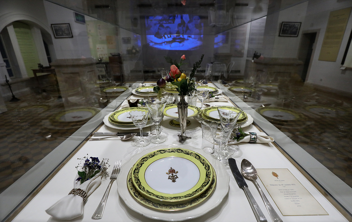 <p>Център на експозицията е маса, подредена за тържествен обяд. На нея е подреден порцеланов сервиз от Двореца, любезно предоставен ни от нашите партньори от Националния политехнически музей.</p>  <p>&nbsp;</p>